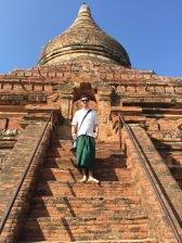 Lewis w birmańskiej spódnicy.